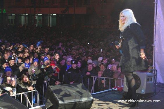 В Житомирі на концерті в підтримку кандидата в Президенти України Януковича Таїсія Повалій порвала публіку. ФОТО
