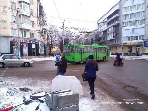 Як у Житомирі в 8-градусний мороз... кладуть тротуарну плитку. ФОТО